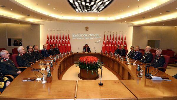 Premier Turcji Ahmet Davutoğlu i tureccy dowódcy wojskowi na corocznym posiedzeniu Najwyższej Rady Wojskowej w Ankarze - Sputnik Polska