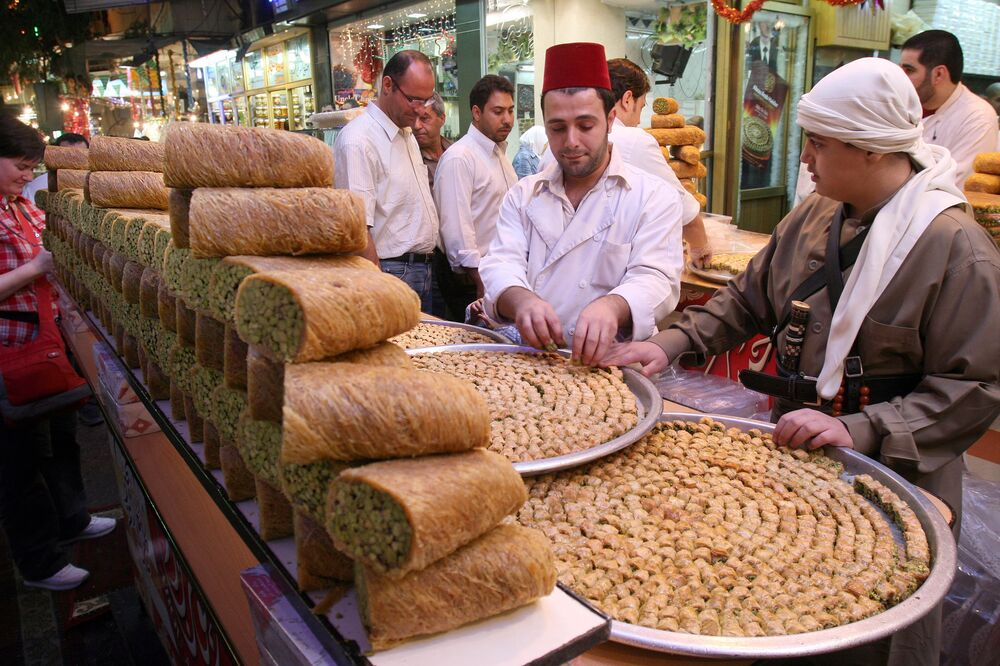 Sprzedawca słodyczy w centrum Damaszku. 9 października 2007r.