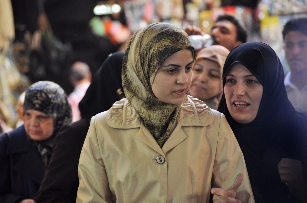 Mieszkańcy na centralnym bazarze w Damaszku