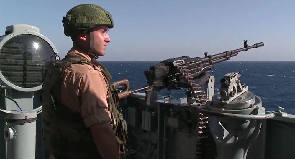 Rosyjski wojskowy pełni dyżur na krążowniku rakietowym Moskwa u wybrzeży Latakii