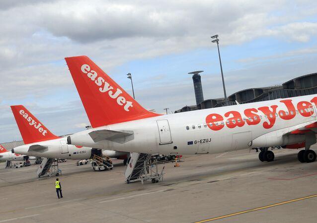 Airbus A 320 linii lotniczych EasyJet na lotnisku Charles de Gaulle w Paryżu