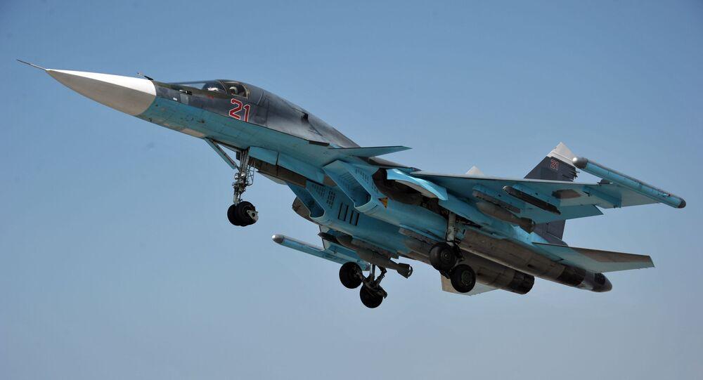Wielozadaniowy samolot bombowy Su-34 w bazie lotniczej Hmeimim w Syrii