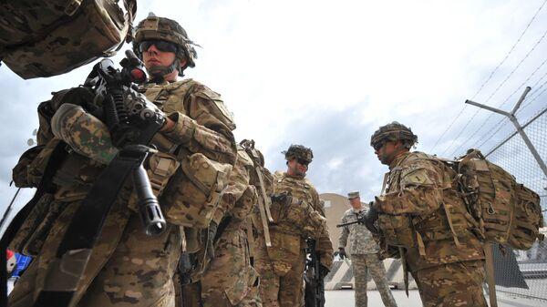 Żołnierze amerykańskiej armii przed wejściem na pokład samolotu wojskowego - Sputnik Polska