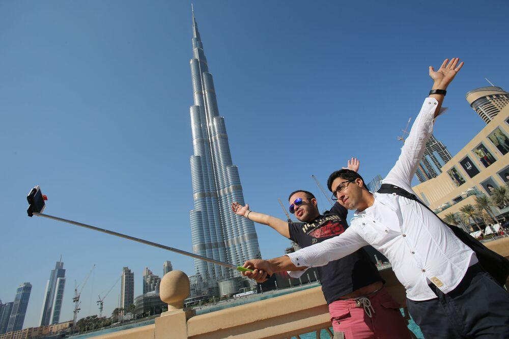 Turyści niedaleko wieżowca Burdż Chalifа w Dubaju