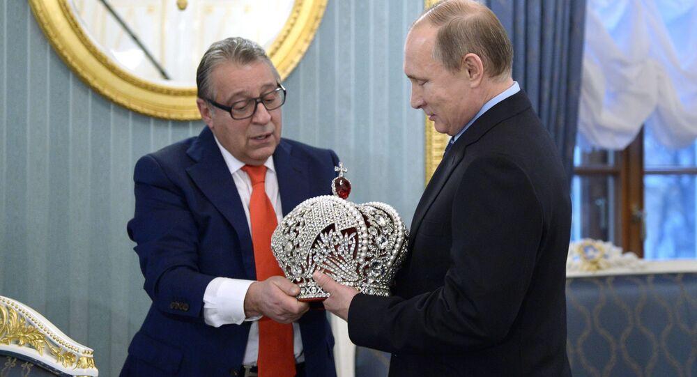 Kierownik artystyczny Teatru Estrady Giennadij Chazanow wręczył prezydentowi Rosji Władimirowi Putinowi kopię rosyjskiej korony cesarskiej.