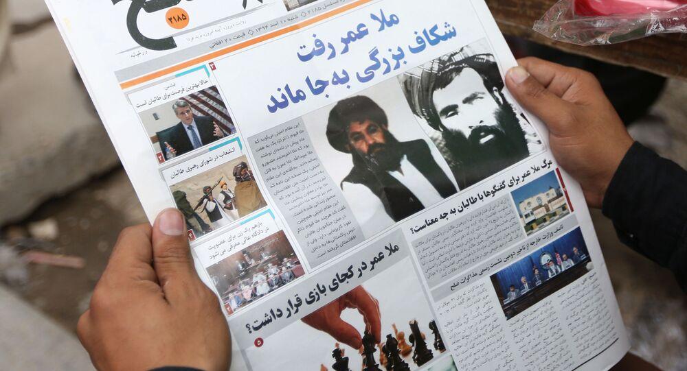 Zdjęcia nowego przywódcy afgańskich talibów mułły Akhtar Mansoura i byłego przywódcy mułły Muhammada Omara w afgańskiej gazecie