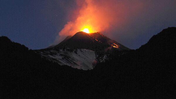 Erupcja wulkanu Etna we Włoszech - Sputnik Polska
