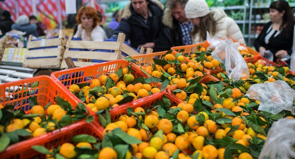 Mieszkańcy Omska kupują tureckie owoce w jednym ze sklepów