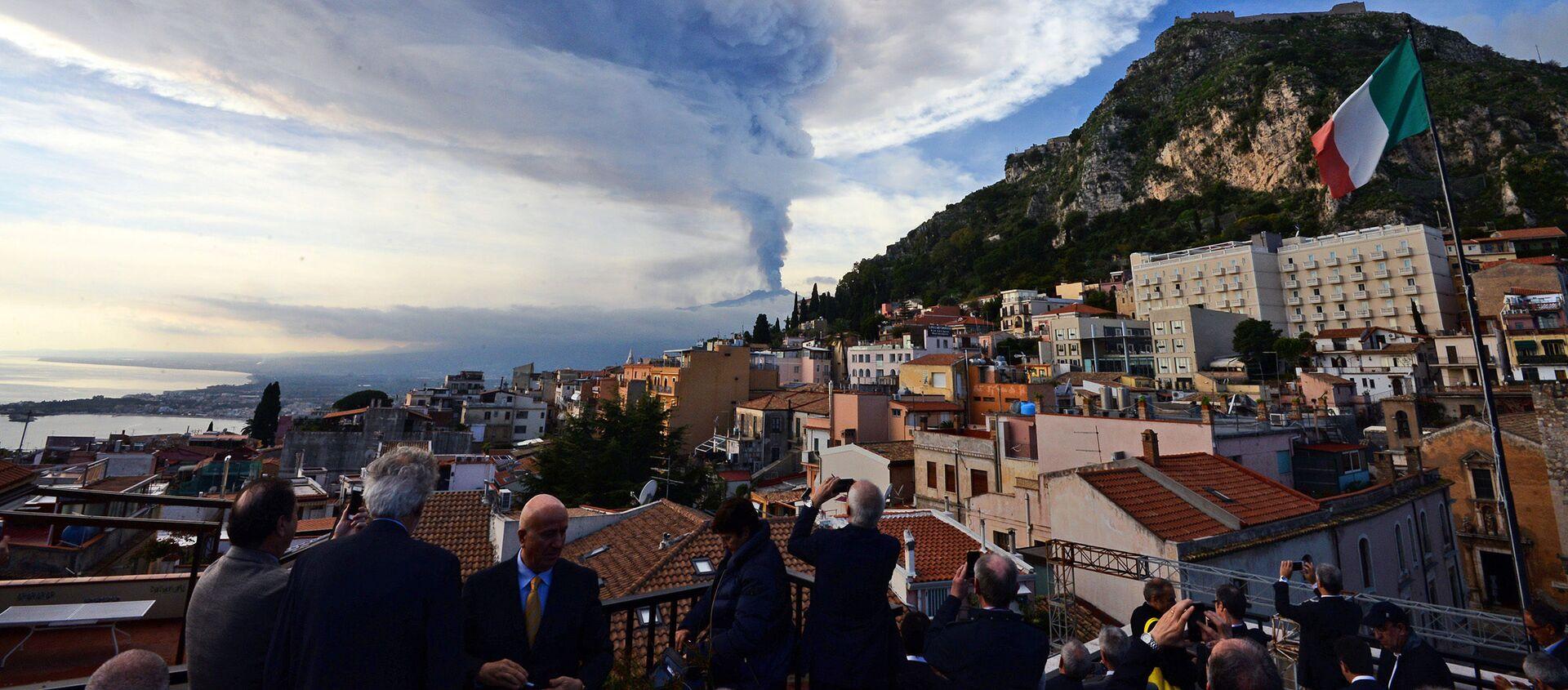 Dym nad miastem Taormina podczas erupcji wulkanu Etna na Sycylii - Sputnik Polska, 1920, 09.07.2020