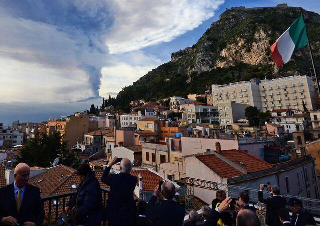 Dym nad miastem Taormina podczas erupcji wulkanu Etna na Sycylii
