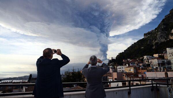 Ludzie patrzą na erupcję wulkanu Etna na Sycylii - Sputnik Polska