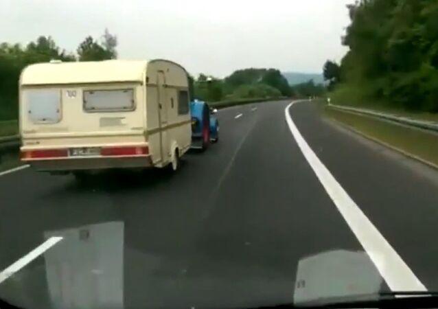 Traktor wyprzedza samochód z prędkością 100 km/godz