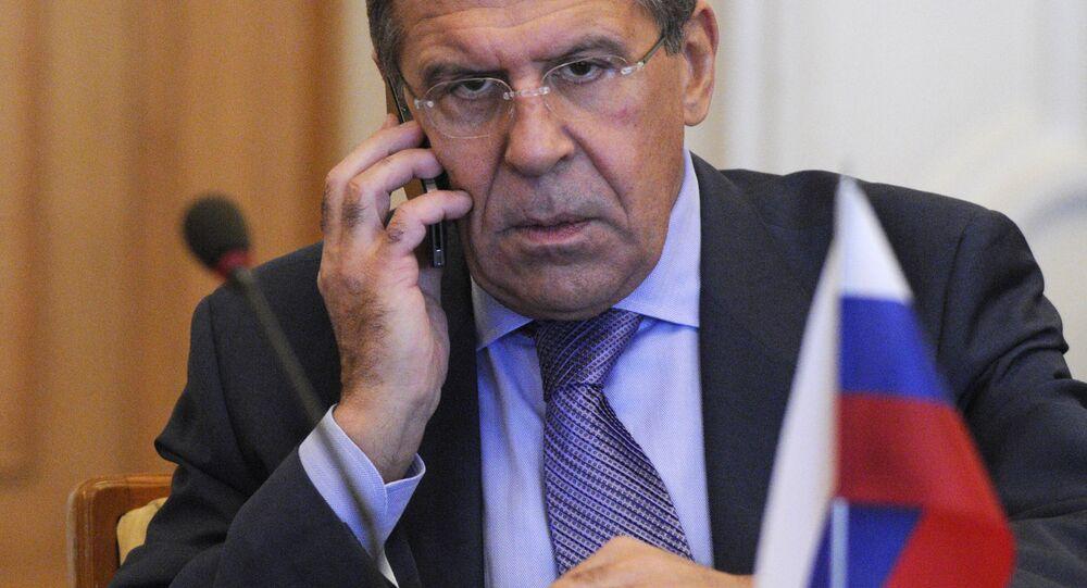 Minister spraw zagranicznych Rosji Siergiej Ławrow rozmawia przez telefon