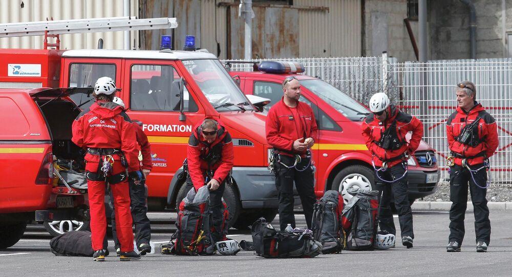 Strażacy na miejscu katastrofy Airbusa w departamencie Alpy Prowansji Południowej.