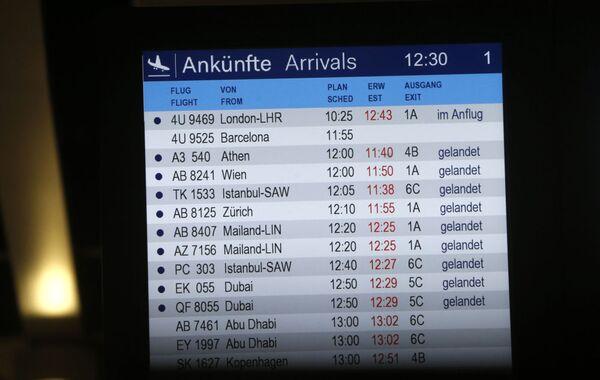 Tablica przylotów na lotnisku Düsseldorf - Sputnik Polska
