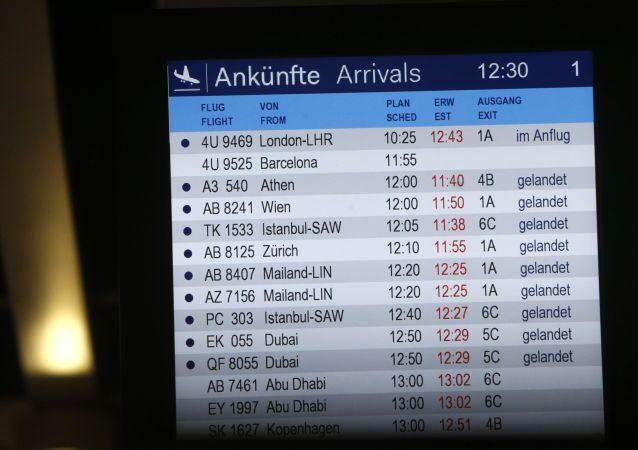 Tablica przylotów na lotnisku Düsseldorf