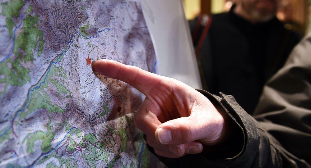 Ratownik wskazuje na mapie miejsce katastrofy samolotu Germanwings