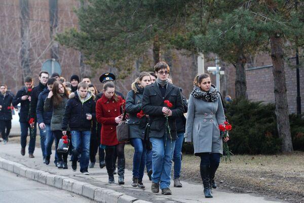 Mieszkańcy Moskwy niosą kwiaty pod ambasadę RFN - Sputnik Polska