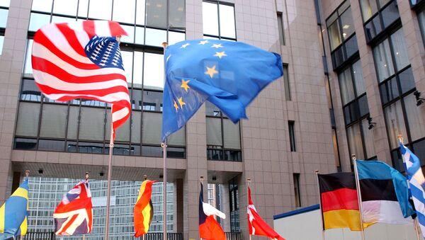Flagi USA i UE w Brukseli - Sputnik Polska