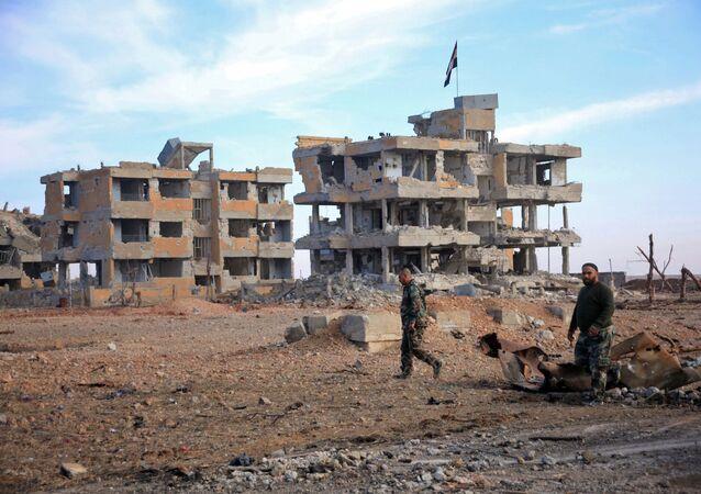 Żołnierze syryjskiej armii patrolują teren w pobliżu miasta Aleppo