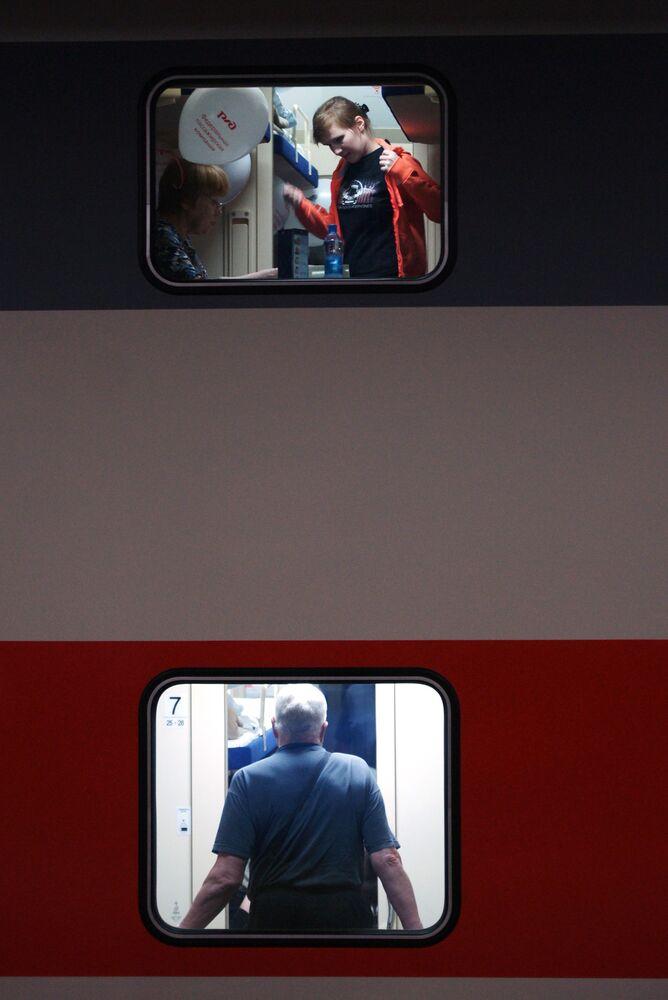 Pasażerowie w nowym dwupiętrowym pociągu Samara-Moskwa