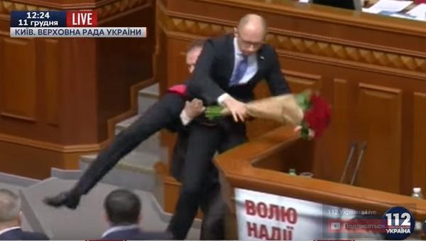 Arsenijowi Jaceniukowi podarowano bukiet róż i ściągnięto z trybuny - Sputnik Polska