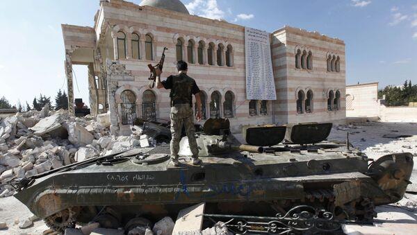 Bojownik Wolnej Armii Syrii na czołgu w pobliżu zniszczonego meczetu w mieście Azaz - Sputnik Polska