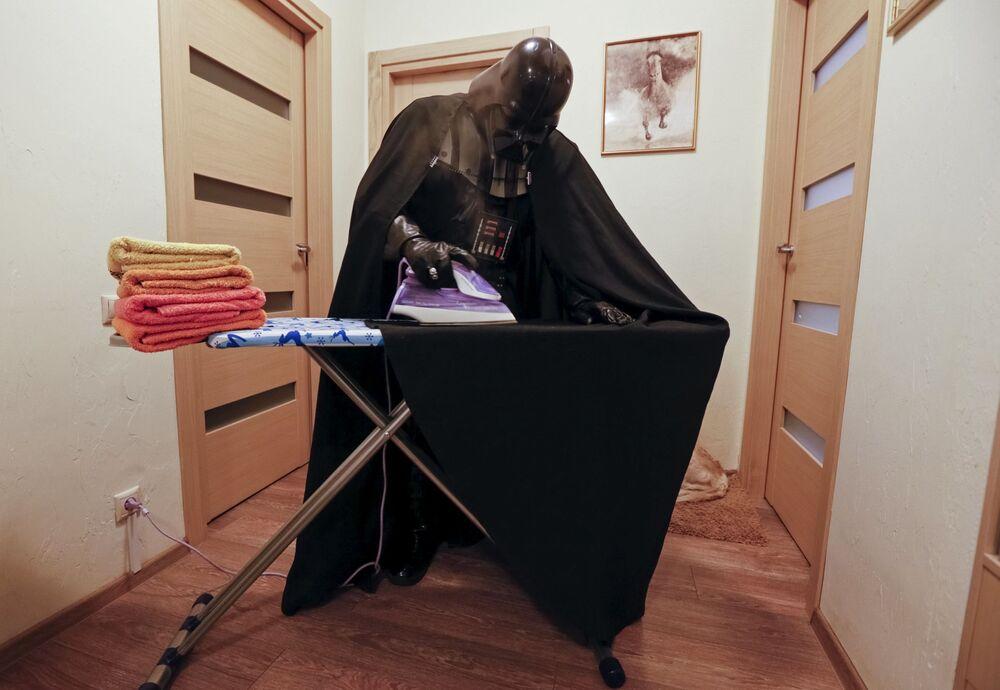 Jedyną częścią stroju Vadera, wymagającą prasowania, jest płaszcz.