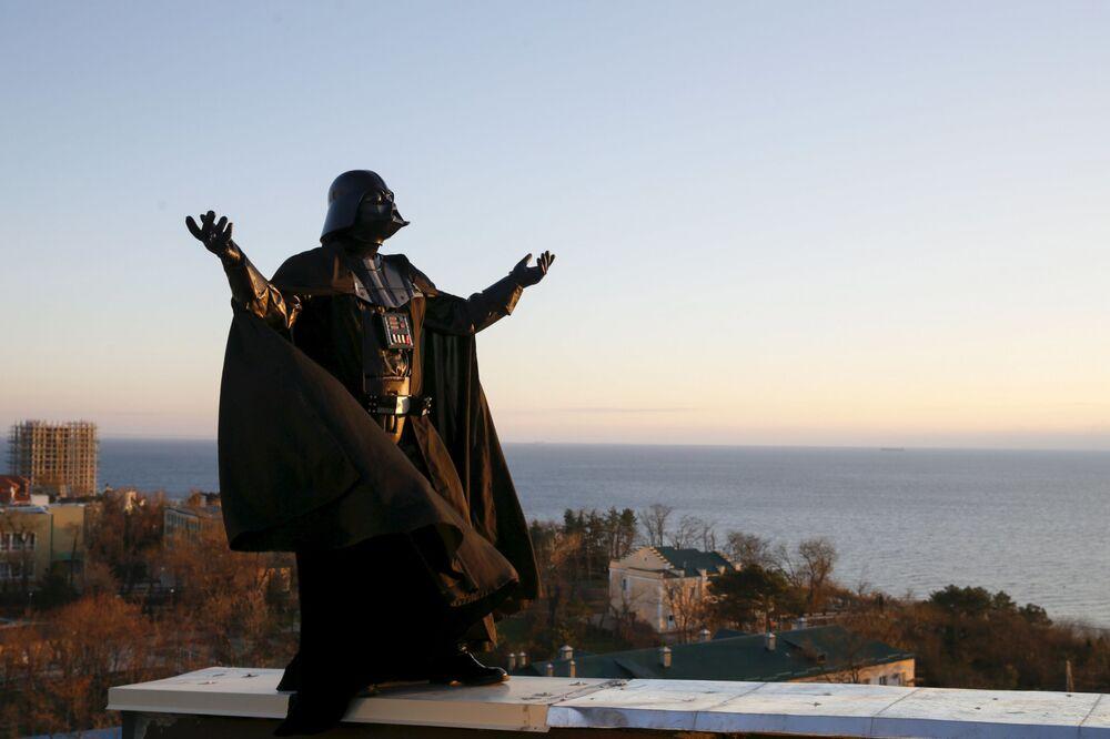 Darth Nikołajewicz Vader wita wschód na dachu domu.