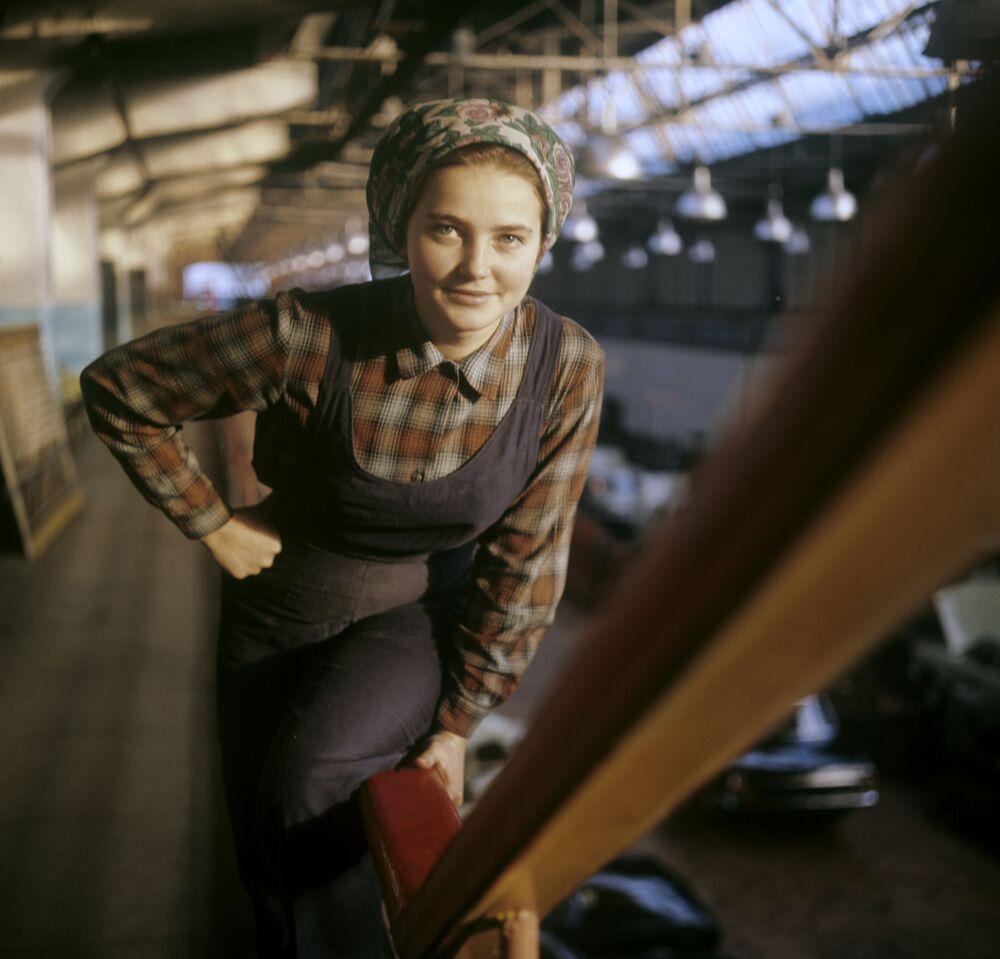 Pracowniczka Gorkowskiej Fabryki Samochodów (GAZ) w Niżnym Nowogrodzie (zdjęcie archiwalne).