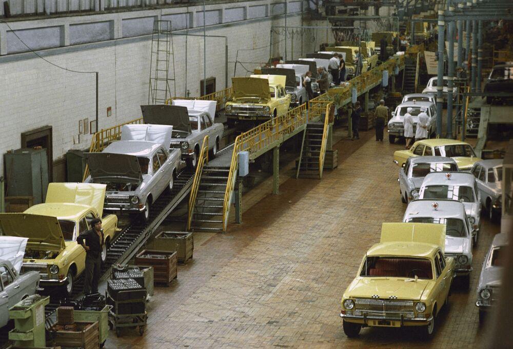 Linia produkcyjna w Gorkowskiej Fabryce Samochodów (GAZ) w Niżnym Nowogrodzie (zdjęcie archiwalne).