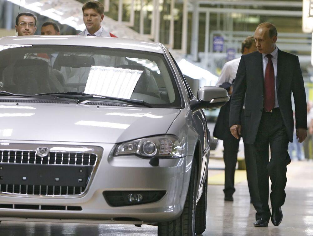Władimir Putin odwiedza Gorkowską Fabrykę Samochodów.