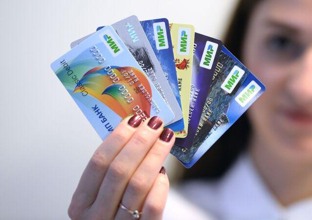 Pierwsze karty systemu płatniczego Mir