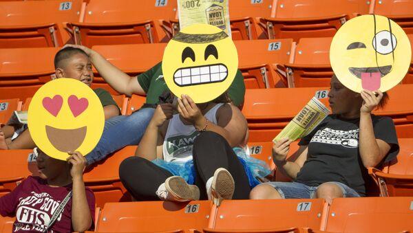 Дети в масках эмодзи на футбольном стадионе на Гавайях - Sputnik Polska