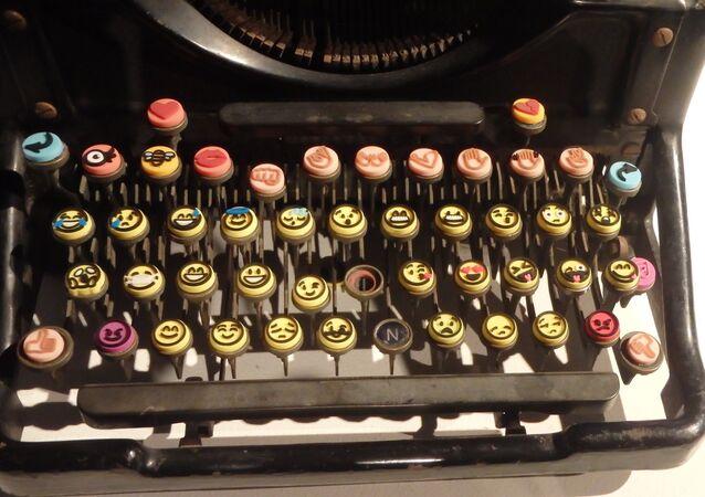 Maszyna do pisania z emotikonami