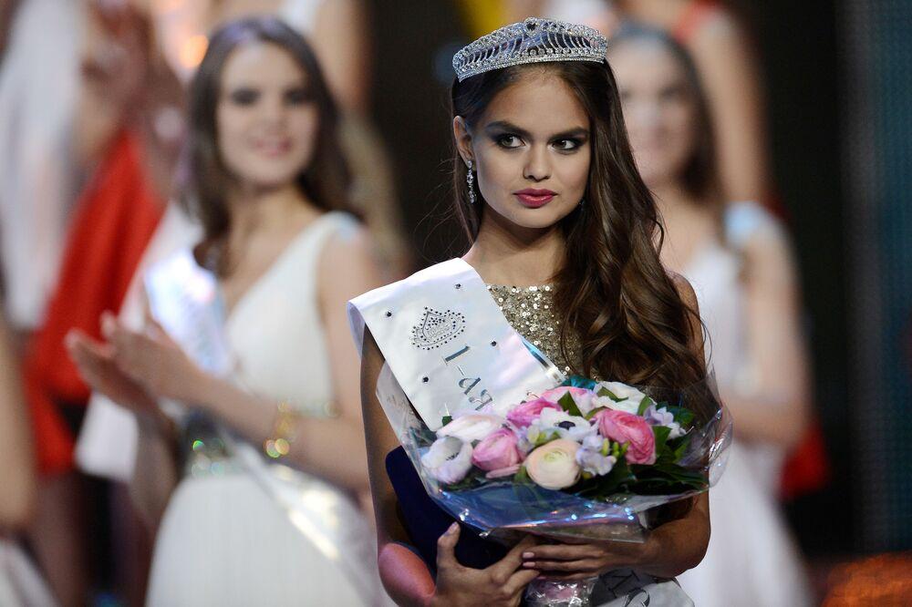 Pierwsza wicemiss narodowego konkursu Miss Rosja 2015 na scenie sali koncertowej Barvikha Concert Hall