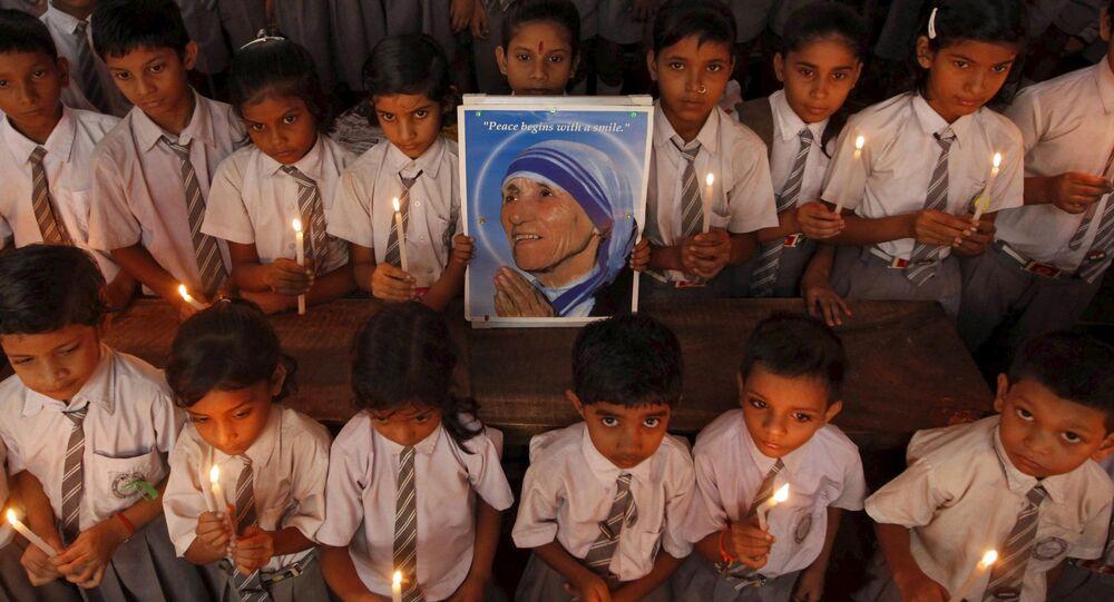 Indyjscy uczniowie trzymający w rękach portret Matki Teresy, Kalkuta, Indie