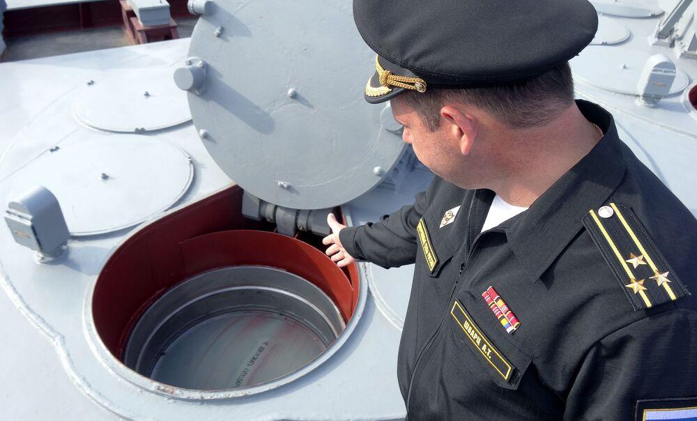 Kapitan I rangi rosyjskiego krązownika Moskwa Aleksandr Szwarc przy systemie przeciwlotniczy pocisków rakietowych