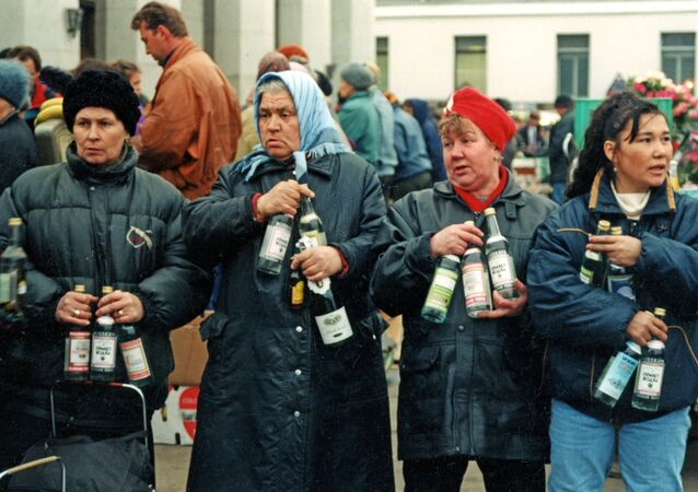 Moskwa, 1992 rok. Sprzedaż alkoholu z rąk na Dworcu Jarosławskim