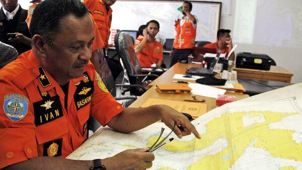 Pracownicy indonezyjskiej Narodowej Agencji Poszukiwań i Pomocy Basarnas - Sputnik Polska