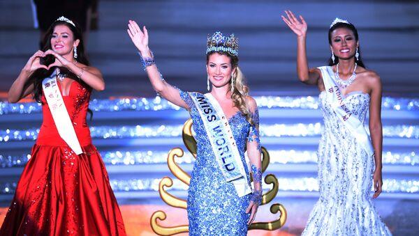 Rosjanka Sofia Nikitchuk, Hiszpanka Mireia Lalaguna Rozo oraz Indonezyjka Maria Harfanti podczas konkursu Miss World 2015 w Chinach. - Sputnik Polska