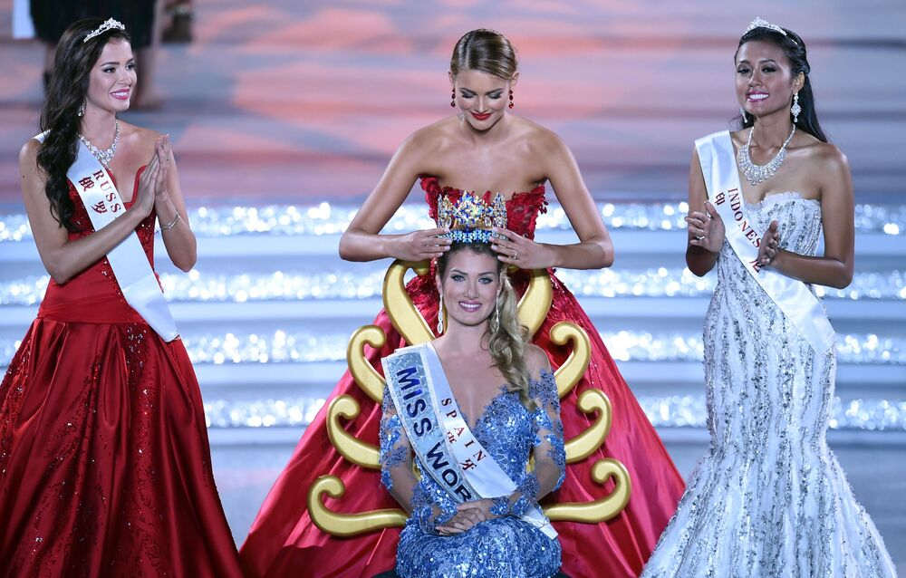 Miss World 2015 Mireia Lalaguna Rozo z Hiszpanii. Koronę na głowę zakłada była Miss World Jolene Strauss.