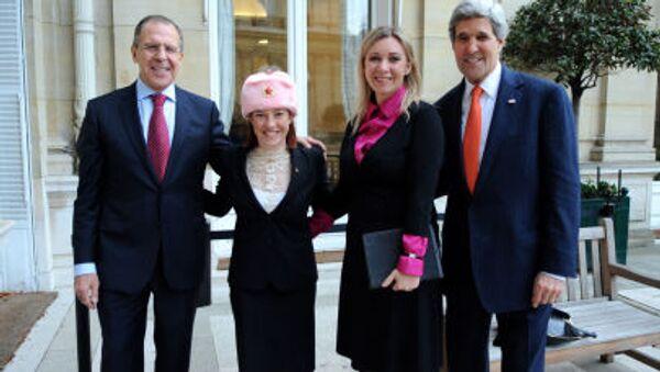 Siergiej Ławrow, Jen Psaki w czapce-uszance, Maria Zacharowa i John Kerry na spotkaniu w Paryżu - Sputnik Polska