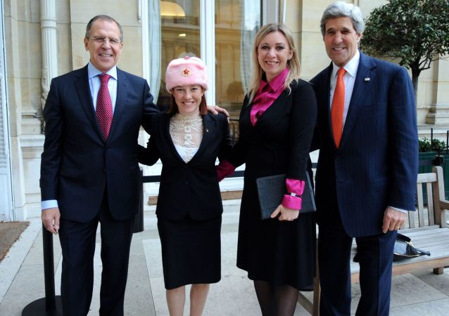 Siergiej Ławrow, Jen Psaki w czapce-uszance, Maria Zacharowa i John Kerry na spotkaniu w Paryżu
