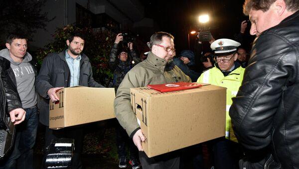 Śledczy wynoszą pudła z mieszkania drugiego pilota Germanwings Andreasa Lubitza w Duesseldorfie. - Sputnik Polska