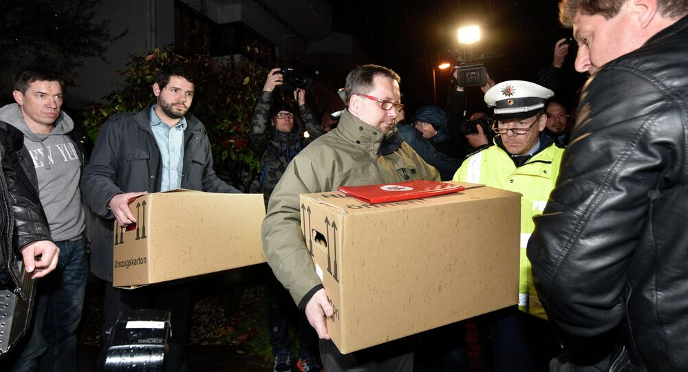 Investigators carry boxes from the apartment of Germanwings airliner jet co-pilot Andreas Lubitz, in Duesseldorf, Germany