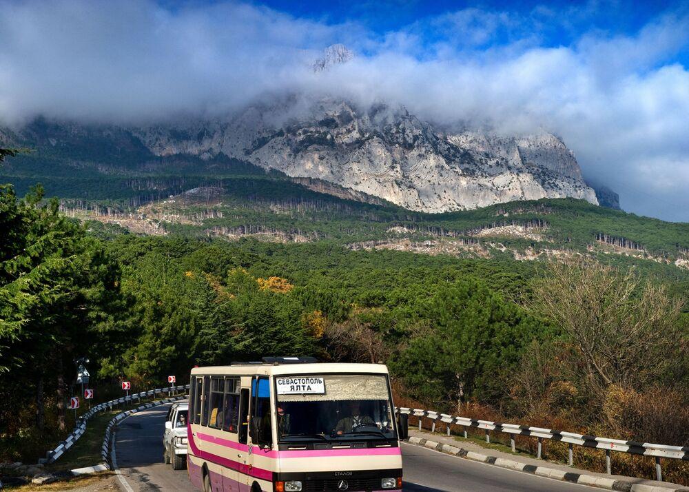 Autobus Sewastopol-Jałta w okolicach dużej Jałty na odcinku trasy niedaleko Ałupki.