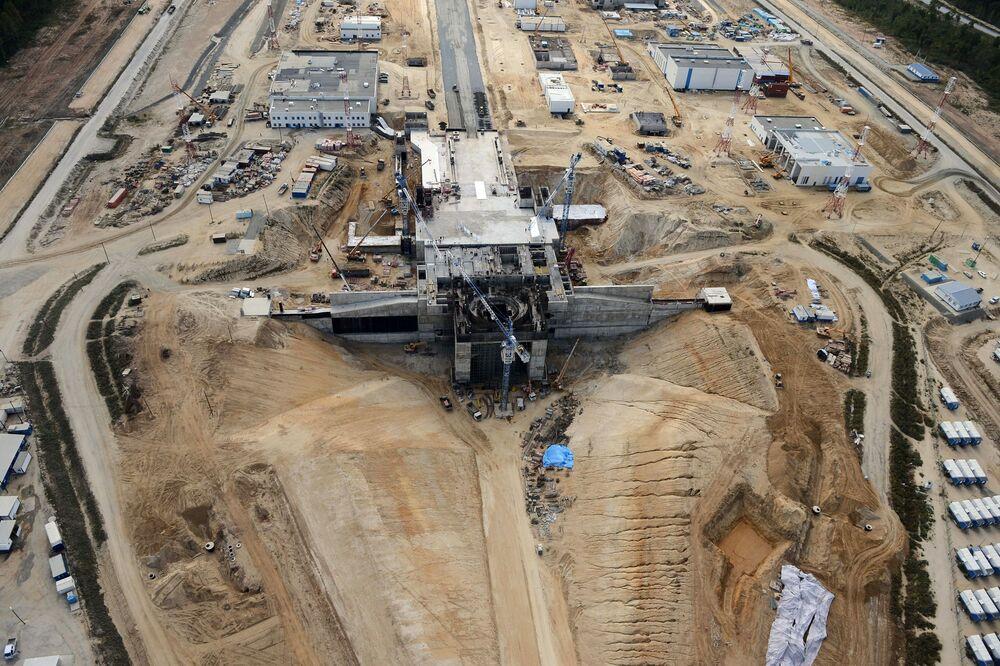 Widok z helikoptera na plac budowy kosmodromu Wostocznyj w pobliżu wsi Uglegorsk w obwodzie amurskim.