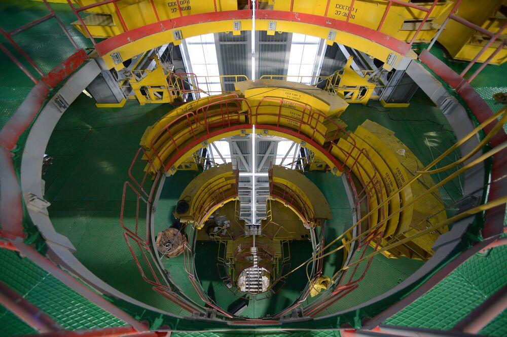 Mobilna wieża obsługi na kosmodromie Wostocznyj w obwodzie amurskim.