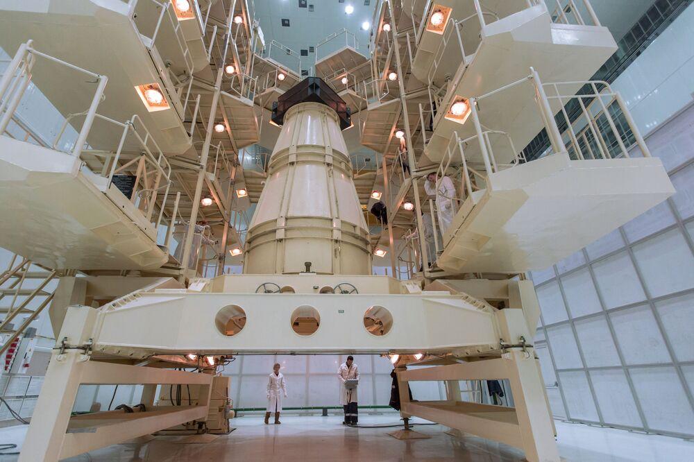 Stoisko z makietą statku kosmicznego podczas autonomicznych prób instalacji na kompleksie technicznym powstającego kosmodromu Wostocznyj w obwodzie amurskim.